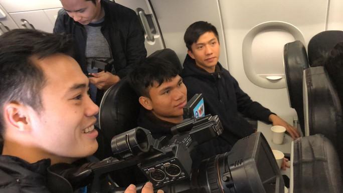 Video U23 Việt Nam ăn mừng trên chuyên cơ - Ảnh 2.