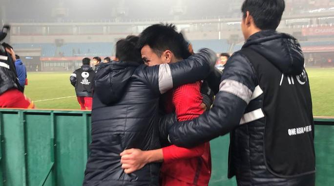 Những hình ảnh lấy nước mắt người hâm mộ của U23 Việt Nam - Ảnh 15.