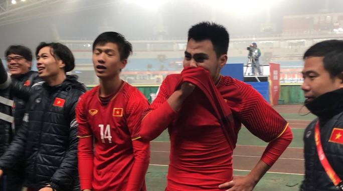 Những hình ảnh lấy nước mắt người hâm mộ của U23 Việt Nam - Ảnh 16.