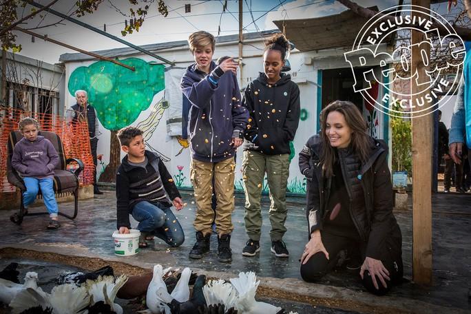 Angelina Jolie đưa hai con đến thăm trại tị nạn - Ảnh 1.