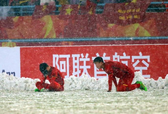 Những hình ảnh lấy nước mắt người hâm mộ của U23 Việt Nam - Ảnh 10.