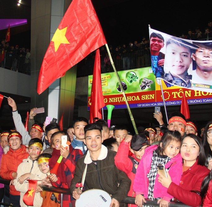 Biển người hâm mộ xứ Nghệ đón 5 cầu thủ U23 Việt Nam - Ảnh 8.
