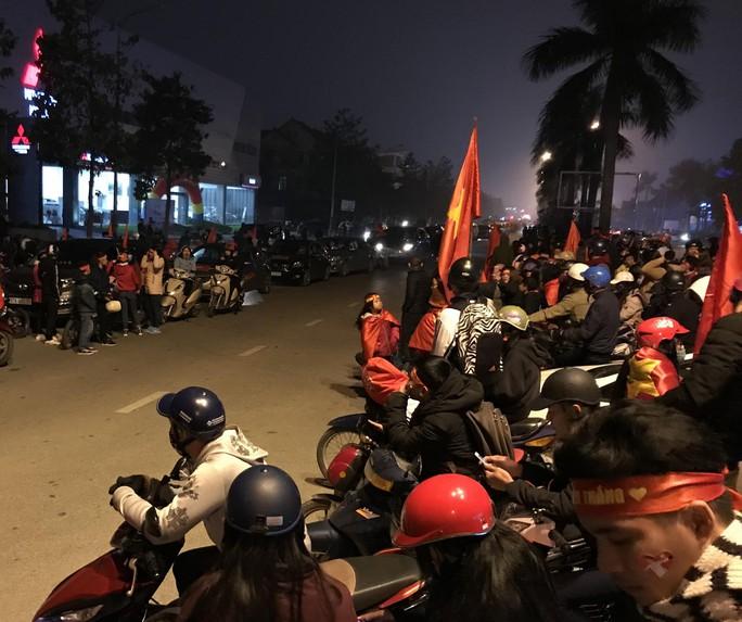 Biển người hâm mộ xứ Nghệ đón 5 cầu thủ U23 Việt Nam - Ảnh 1.