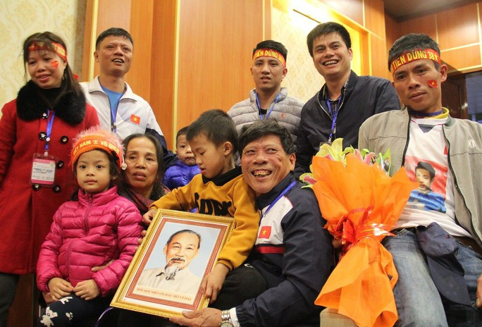 Biển người hâm mộ xứ Nghệ đón 5 cầu thủ U23 Việt Nam - Ảnh 9.