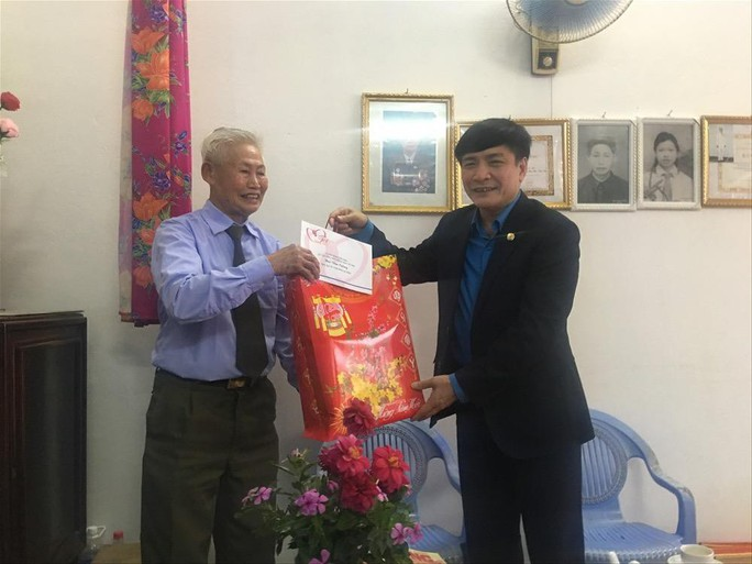 Chủ tịch Tổng LĐLĐ Việt Nam tặng quà Tết cho thầy cô giáo vùng biên giới - Ảnh 2.