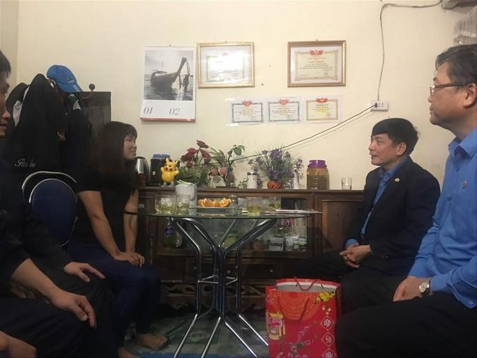Chủ tịch Tổng LĐLĐ Việt Nam tặng quà Tết cho thầy cô giáo vùng biên giới - Ảnh 4.
