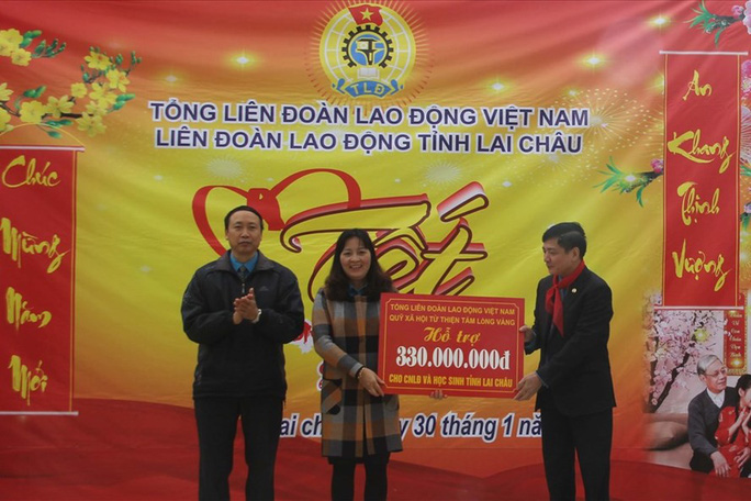 Chủ tịch Tổng LĐLĐ Việt Nam tặng quà Tết cho thầy cô giáo vùng biên giới - Ảnh 1.