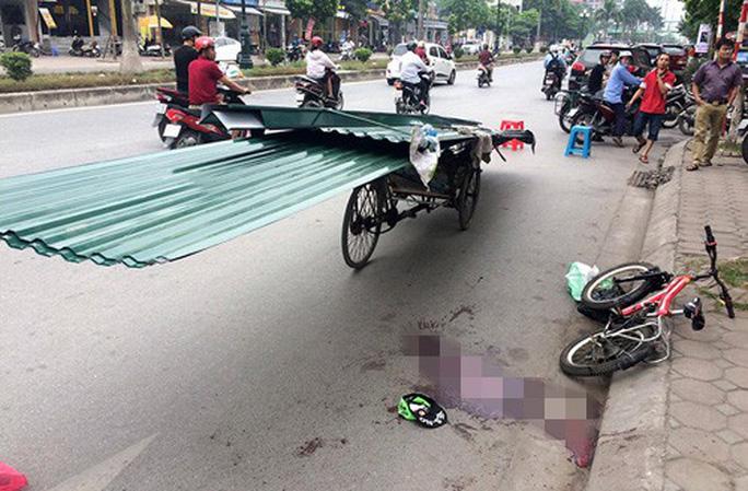 Va chạm với xe máy chở tôn cồng kềnh, 2 người tử vong - Ảnh 1.
