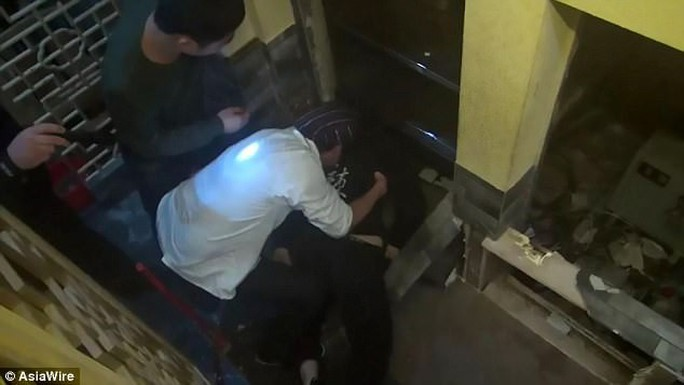 Nhân viên phục vụ bị thang máy kẹp chết - Ảnh 2.