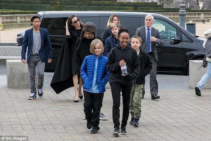 Pax Thiên tháp tùng mẹ Angelina Jolie đến Paris - Ảnh 1.