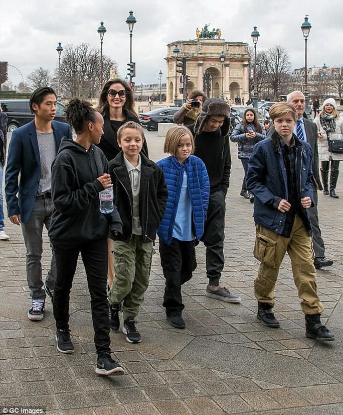 Pax Thiên tháp tùng mẹ Angelina Jolie đến Paris - Ảnh 2.