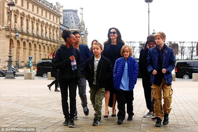 Pax Thiên tháp tùng mẹ Angelina Jolie đến Paris - Ảnh 5.