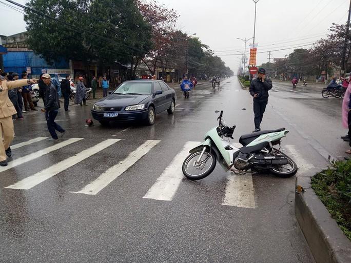 Xe biển xanh chạy tốc độ cao tông vào xe máy sang đường - Ảnh 1.