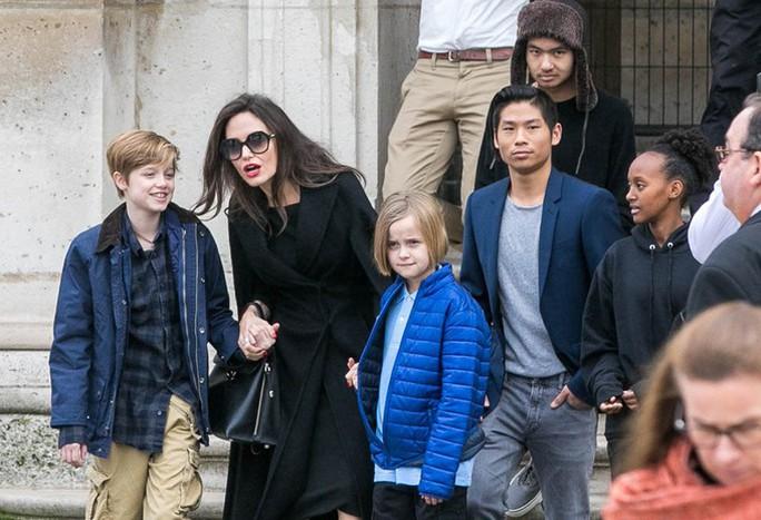 Pax Thiên tháp tùng mẹ Angelina Jolie đến Paris - Ảnh 6.