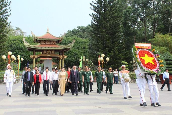 Chủ tịch nước Trần Đại Quang dâng hương liệt sĩ - Ảnh 1.