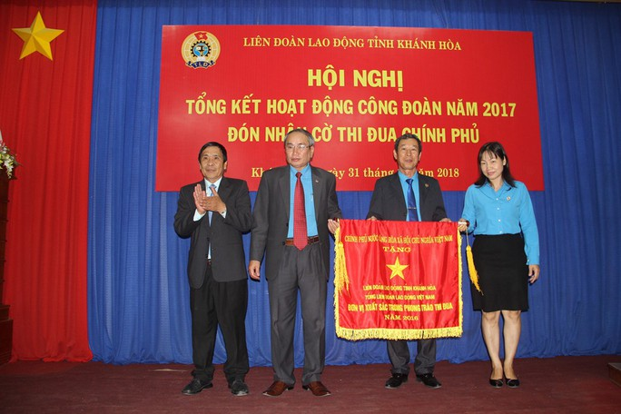 LĐLĐ Khánh Hòa đón nhận cờ thi đua Chính phủ - Ảnh 1.