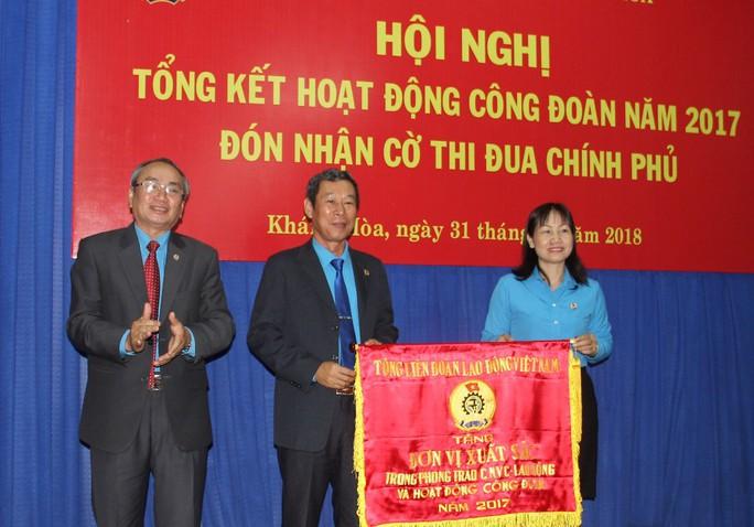 LĐLĐ Khánh Hòa đón nhận cờ thi đua Chính phủ - Ảnh 2.