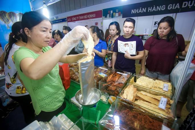 Săn hàng Tết giảm giá ở hội chợ - Ảnh 1.