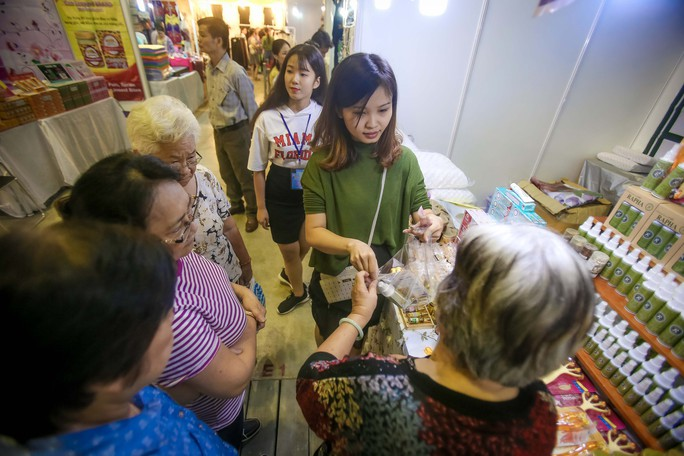 Săn hàng Tết giảm giá ở hội chợ - Ảnh 2.