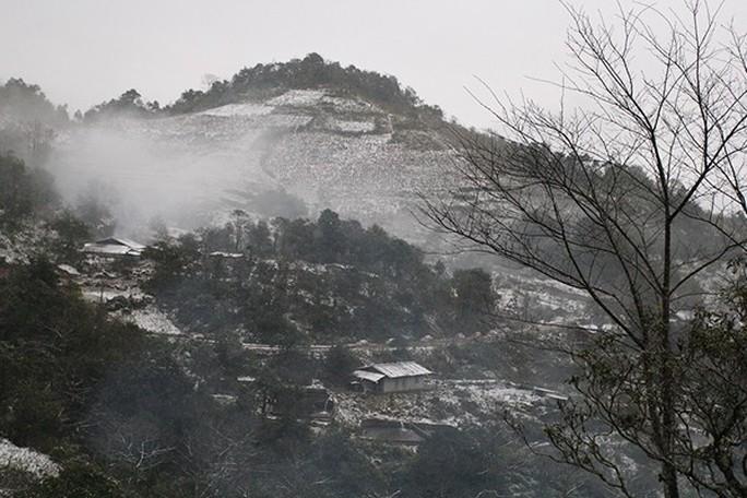 Tuyết rơi dày tại thác Bạc, Ô Quí Hồ (Sa Pa) sáng 31-1 - Ảnh 1.