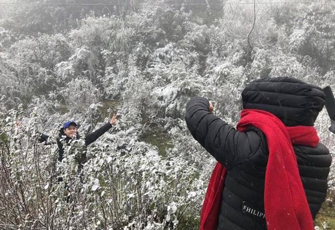 Tuyết rơi dày tại thác Bạc, Ô Quí Hồ (Sa Pa) sáng 31-1 - Ảnh 8.