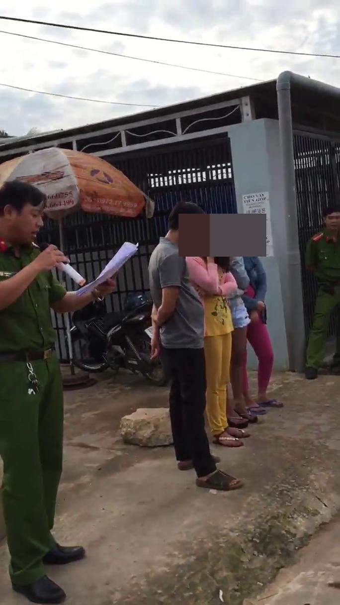 """Trưởng Công an Phú Quốc lên tiếng vụ """"bêu riếu"""" người bán dâm giữa phố - Ảnh 1."""