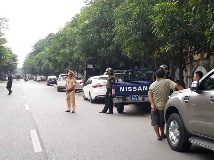 Phong tỏa tuyến phố, triển khai bắn tỉa để truy bắt tội phạm nguy hiểm - Ảnh 3.