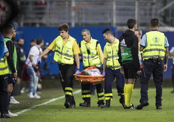 Khán đài sập ở Tây Ban Nha, fan Pháp bị xịt hơi cay lạ - Ảnh 4.