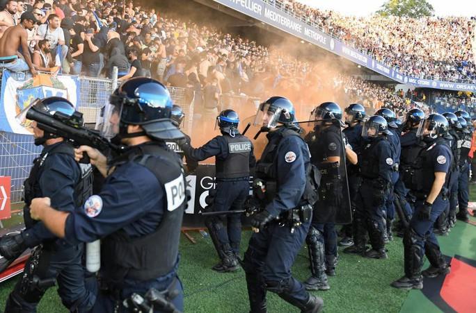 Khán đài sập ở Tây Ban Nha, fan Pháp bị xịt hơi cay lạ - Ảnh 9.