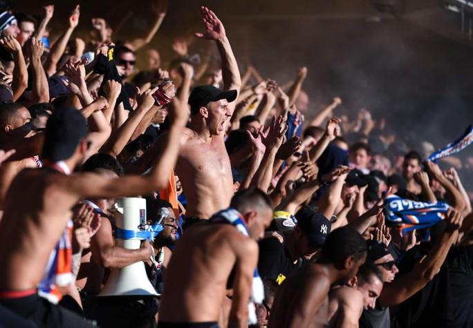 Khán đài sập ở Tây Ban Nha, fan Pháp bị xịt hơi cay lạ - Ảnh 6.