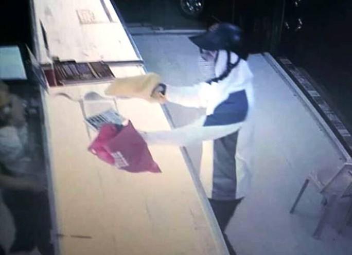 Truy bắt kẻ bịt mặt nghi dùng súng cướp tiệm vàng - Ảnh 1.