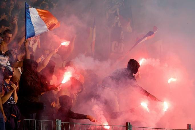 Khán đài sập ở Tây Ban Nha, fan Pháp bị xịt hơi cay lạ - Ảnh 8.