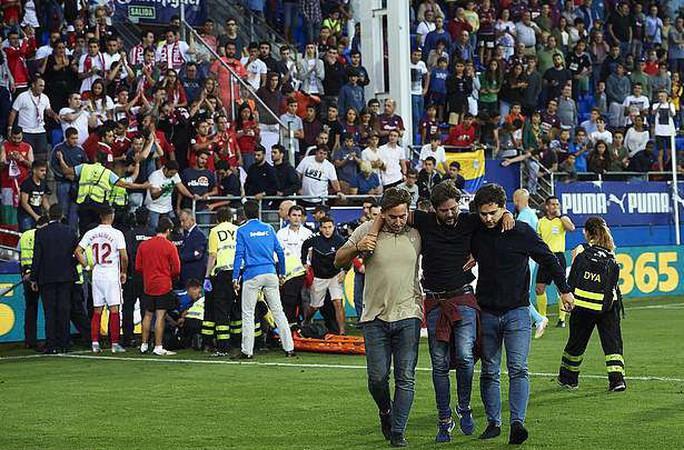 Khán đài sập ở Tây Ban Nha, fan Pháp bị xịt hơi cay lạ - Ảnh 3.