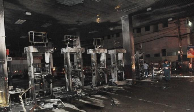 Vì sao cây xăng ở quận 12 bốc cháy dữ dội? - Ảnh 1.