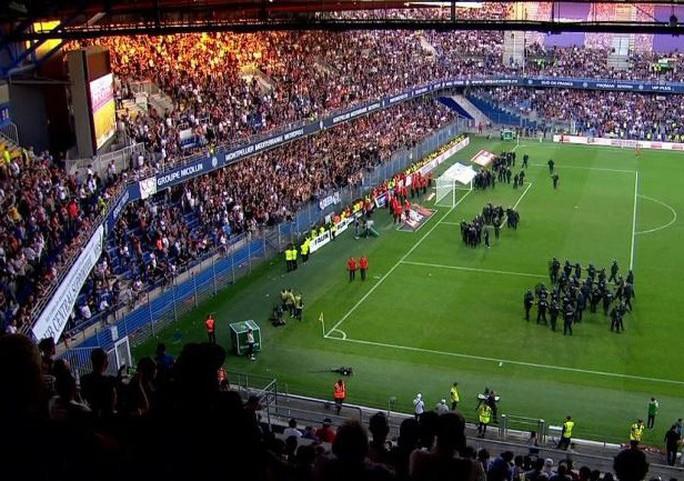 Khán đài sập ở Tây Ban Nha, fan Pháp bị xịt hơi cay lạ - Ảnh 7.