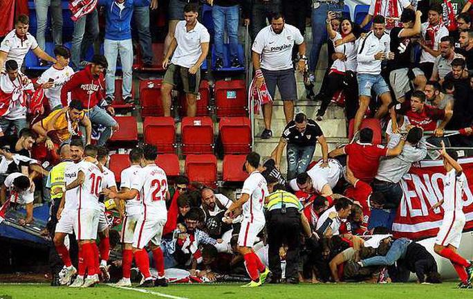 Khán đài sập ở Tây Ban Nha, fan Pháp bị xịt hơi cay lạ - Ảnh 1.