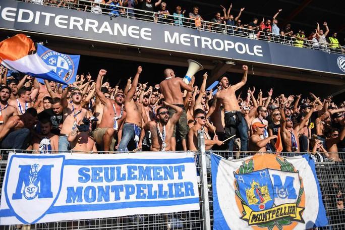 Khán đài sập ở Tây Ban Nha, fan Pháp bị xịt hơi cay lạ - Ảnh 10.