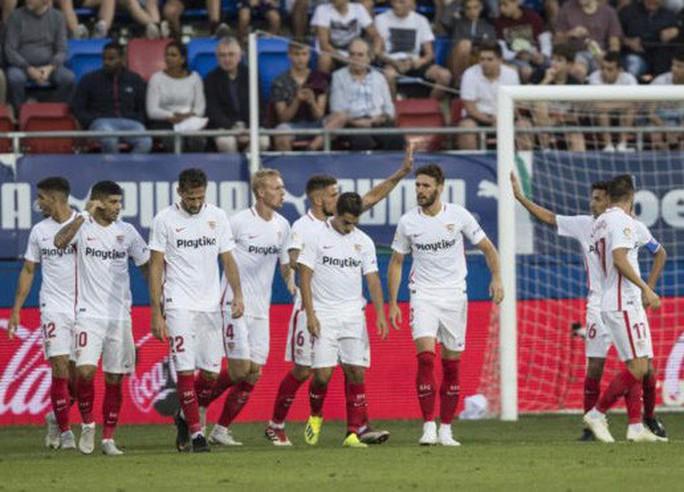 Khán đài sập ở Tây Ban Nha, fan Pháp bị xịt hơi cay lạ - Ảnh 5.
