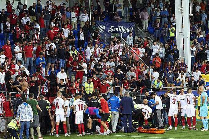 Khán đài sập ở Tây Ban Nha, fan Pháp bị xịt hơi cay lạ - Ảnh 2.