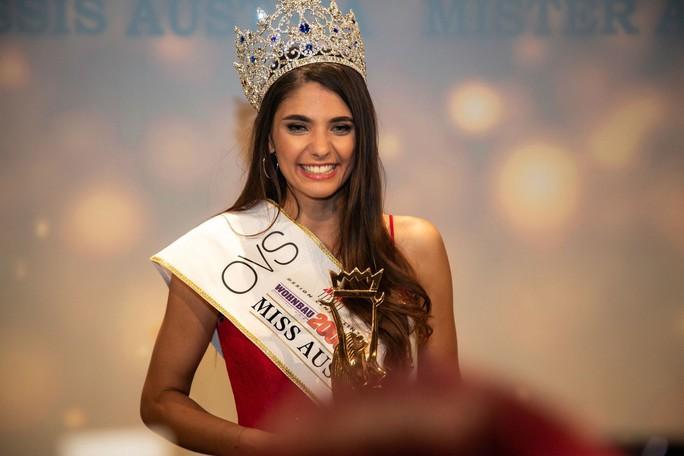 Hoa hậu Áo, đối thủ của Tiểu Vy bị tước vương miện - Ảnh 1.