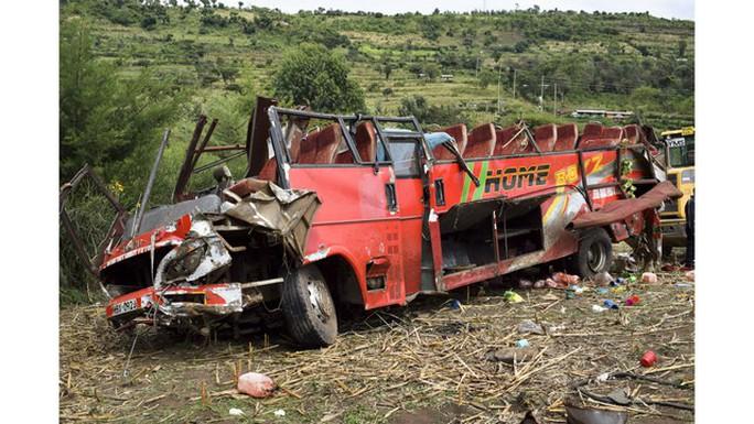 Xe buýt lăn xuống dốc, bay mất nóc, 50 người chết - Ảnh 2.