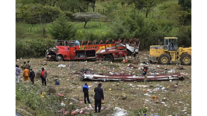 Xe buýt lăn xuống dốc, bay mất nóc, 50 người chết - Ảnh 1.