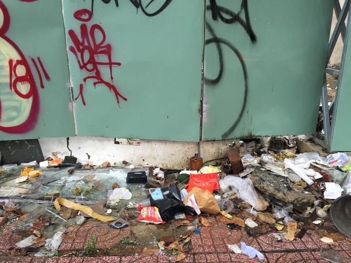 Bãi rác tự phát giữa khu dân cư - Ảnh 1.