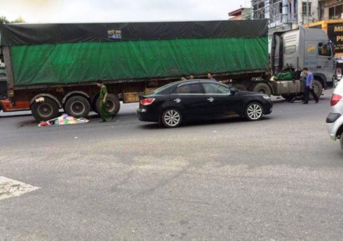 Va chạm trên Quốc lộ 1A, 2 người đi xe máy chết thảm dưới bánh xe tải - Ảnh 1.