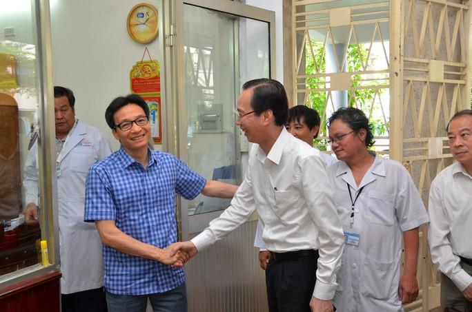 Phó Thủ tướng thị sát bệnh nhi tay chân miệng tại Bệnh viện Nhi Đồng 1 - Ảnh 6.