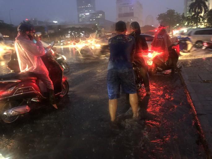 TP HCM: Triều cường đụng trời mưa, giao thông tê liệt - Ảnh 10.