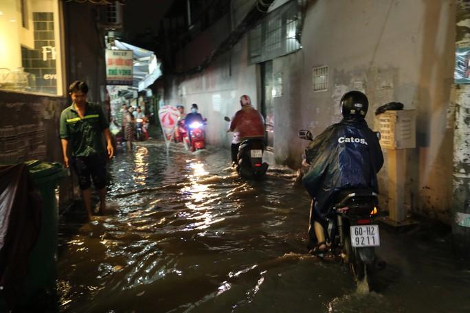 TP HCM: Triều cường đụng trời mưa, giao thông tê liệt - Ảnh 3.