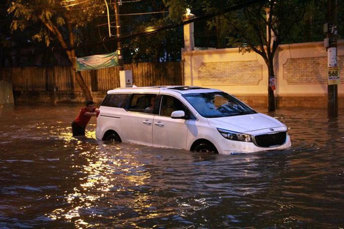 TP HCM: Triều cường đụng trời mưa, giao thông tê liệt - Ảnh 13.