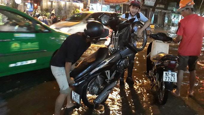 TP HCM: Triều cường đụng trời mưa, giao thông tê liệt - Ảnh 14.