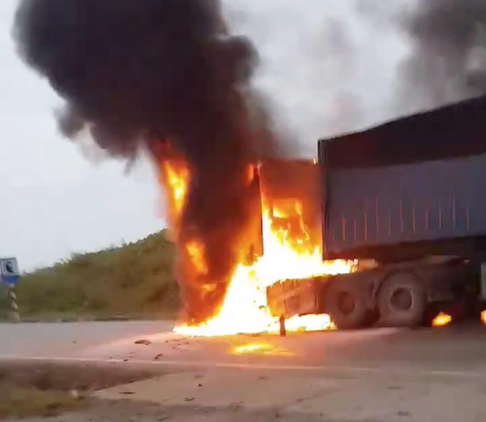 Xe container bỗng bốc cháy ngùn ngụt khi leo dốc, tài xế tông cửa thoát thân - Ảnh 1.